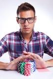 Jugador de póker joven con las lentes que entran todos  Imagen de archivo libre de regalías