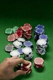 Jugador de póker que aumenta la apuesta Foto de archivo libre de regalías
