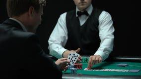 Jugador de póker seguro de sí mismo que hace las apuestas grandes en el casino, ocasión de ganar, jugando metrajes