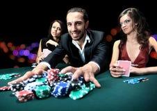 Jugador de póker que va todos en empujar sus microprocesadores Foto de archivo libre de regalías