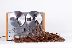 Jugador de registrador abierto del magnetófono del carrete con la cinta enredada sucia Imagen de archivo libre de regalías
