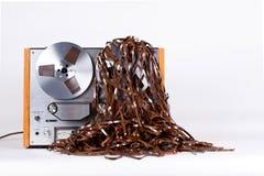Jugador de registrador abierto del magnetófono del carrete con la cinta enredada sucia Fotografía de archivo