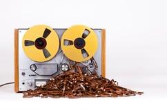 Jugador de registrador abierto del magnetófono del carrete con la cinta enredada sucia Imagenes de archivo