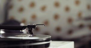 jugador de registro de giro Retro-diseñado del vinilo en el fondo de la falta de definición, vista lateral del primer metrajes