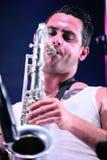 Jugador de saxofón de la demostración de la música en directo de Moda del La (banda) en el festival de Bime Imagenes de archivo