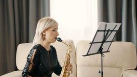 Jugador de saxofón del jazz que se realiza en el saxofón en la sala de estar almacen de video