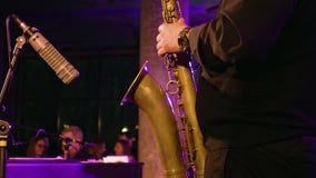 Jugador de saxofón en la etapa almacen de metraje de vídeo