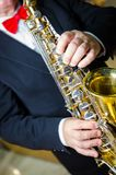 Jugador de saxofón Saxofonista con el instrumento de Jazz Music del alto del saxofón foto de archivo libre de regalías