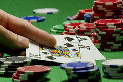 Jugador de tarjeta que revela sus tarjetas Imagen de archivo libre de regalías