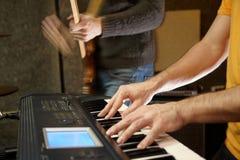 Jugador de teclado en estudio. guitarrista desenfocado Imagen de archivo libre de regalías