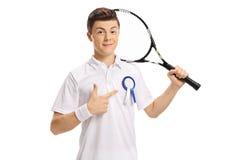 Jugador de tenis adolescente con señalar de la cinta del premio Fotografía de archivo libre de regalías