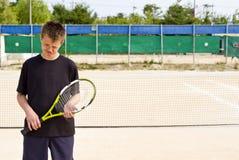 Jugador de tenis adolescente perdido foto de archivo