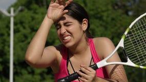 Jugador de tenis adolescente de sexo femenino agotado cansado Fotos de archivo libres de regalías