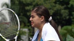 Jugador de tenis adolescente de sexo femenino enojado Imagenes de archivo