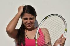 Jugador de tenis adolescente de sexo femenino subrayado Foto de archivo libre de regalías