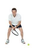 Jugador de tenis adulto sonriente con la estafa aislada Foto de archivo
