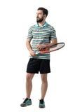 Jugador de tenis barbudo adulto joven que celebra la bola y estafa que mira lejos Foto de archivo