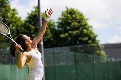 Jugador de tenis bonito alrededor a servir Imagen de archivo