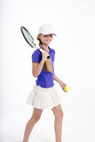 Jugador de tenis bonito de la muchacha en el backgroud blanco en estudio Imagenes de archivo
