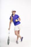 Jugador de tenis bonito de la muchacha en el backgroud blanco en estudio Foto de archivo