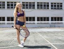 Jugador de tenis de la muchacha que se coloca en la red Fotos de archivo