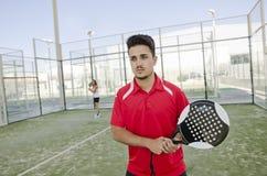 Jugador de tenis de la paleta listo para el servicio Imagenes de archivo