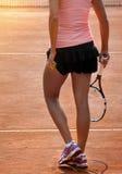 Jugador de tenis de sexo femenino en campo de tenis Imagenes de archivo