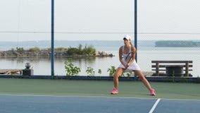 Jugador de tenis de sexo femenino en la acción almacen de metraje de vídeo