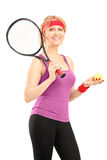 Jugador de tenis de sexo femenino maduro que celebra una estafa y una bola Imagen de archivo