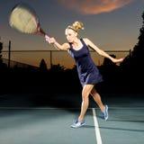 Jugador de tenis de sexo femenino que golpea la bola Imágenes de archivo libres de regalías