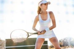 Jugador de tenis de sexo femenino que juega el partido en corte fotografía de archivo libre de regalías