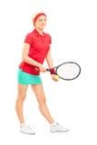 Jugador de tenis de sexo femenino que se prepara para servir Fotos de archivo libres de regalías