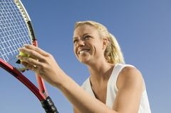 Jugador de tenis de sexo femenino que se prepara para servir cierre de la opinión de ángulo bajo para arriba Imagen de archivo