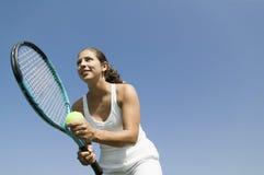 Jugador de tenis de sexo femenino que se prepara para servir la opinión de ángulo bajo fotos de archivo