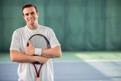 Jugador de tenis de sexo masculino alegre que disfruta del juego Foto de archivo