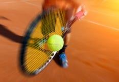 Jugador de tenis de sexo masculino en la acción Fotos de archivo libres de regalías