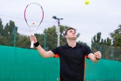 Jugador de tenis de sexo masculino en la acción durante un partido Fotos de archivo