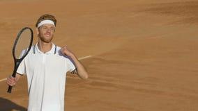 Jugador de tenis del ganador que celebra éxito en la corte, victoria de sensación, cámara lenta almacen de video