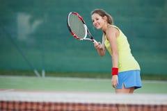Jugador de tenis en el campo de tenis Imagen de archivo libre de regalías