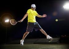 Jugador de tenis en la noche Foto de archivo libre de regalías