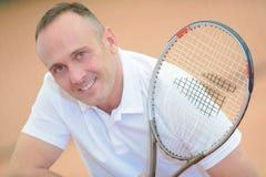 Jugador de tenis envejecido centro del retrato fotografía de archivo