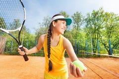 Jugador de tenis feliz que se prepara para servir al aire libre Fotografía de archivo libre de regalías