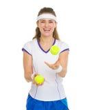 Jugador de tenis feliz que traquea con las pelotas de tenis Imágenes de archivo libres de regalías
