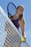 Jugador de tenis hermoso de la muchacha que se coloca en la red Fotos de archivo
