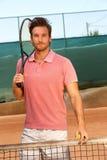 Jugador de tenis hermoso en corte dura Foto de archivo libre de regalías