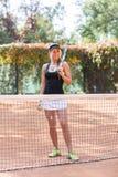 Jugador de tenis hermoso, soportes en un campo de tenis Imagen de archivo