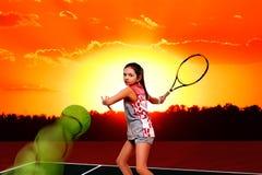Jugador de tenis de la muchacha en el campo de tenis Fotos de archivo