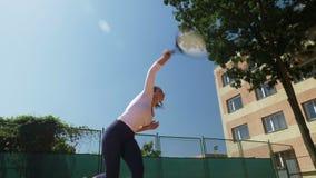 Jugador de tenis de la mujer que golpea la bola durante juego metrajes