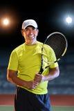 Jugador de tenis mayor hispánico imagen de archivo