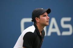 Jugador de tenis profesional Adrian Mannarino de Francia en la acción durante su partido de la ronda 2 en el US Open 2015 en el c Fotos de archivo libres de regalías